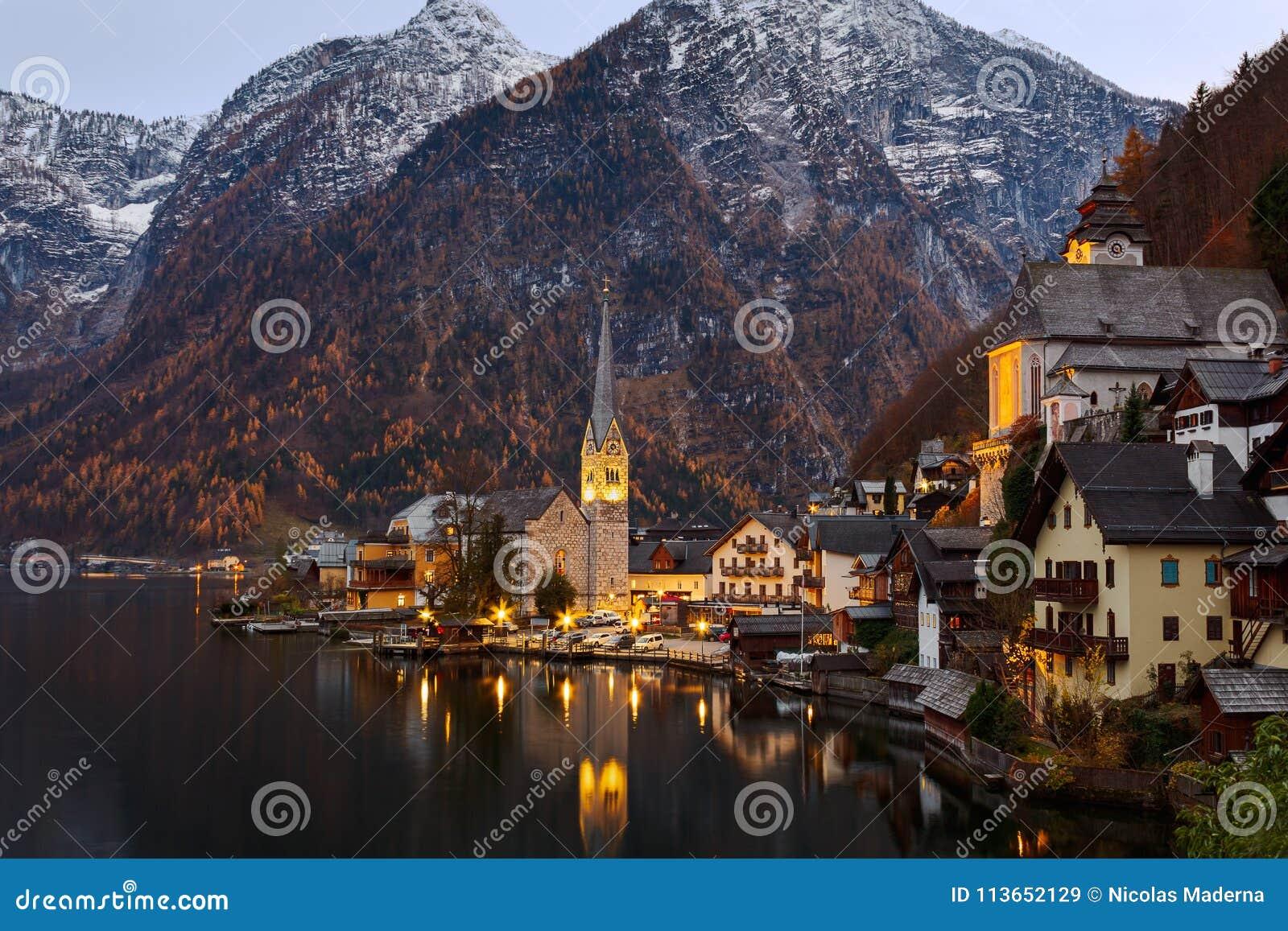 Vue scénique de photo-carte postale de mounta historique célèbre de Hallstatt