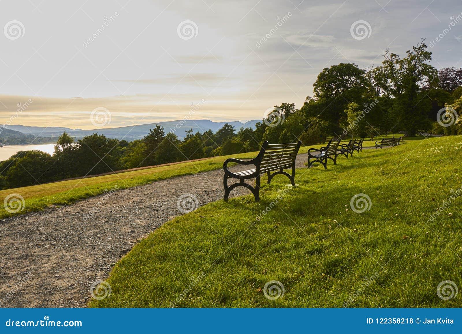 Vue scénique de soirée de parc de pays de château de Balloch avec les bancs historiques et de Loch Lomond en Ecosse, Royaume-Uni