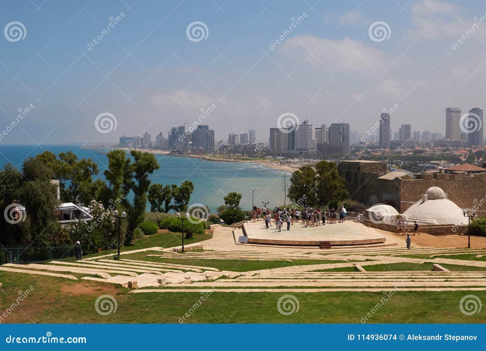 Vue scénique de Tel Aviv de l amphithéâtre en parc d Abrasha Téléphone Aviv-Jaffa, Israël