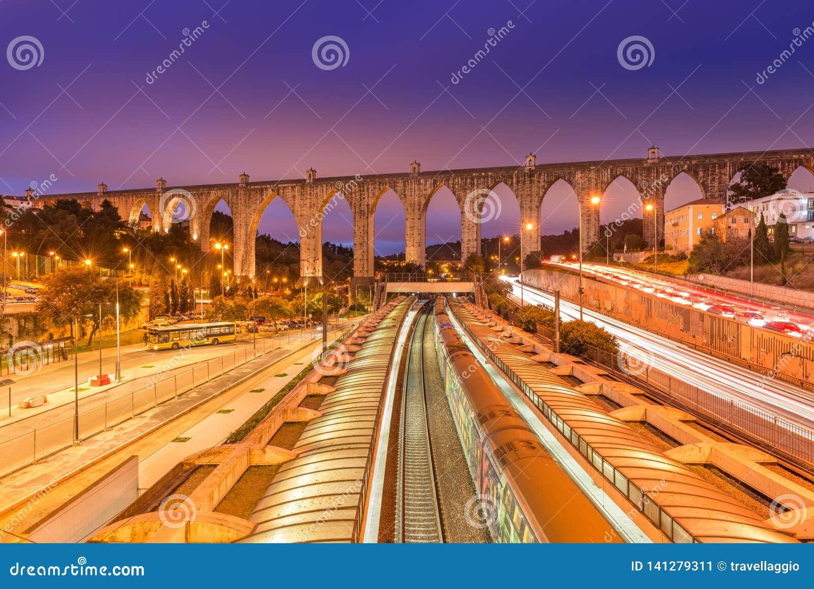 Vue station d Aguas de Livres d aqueduc et de Campolide de train, Lisbonne, Portugal