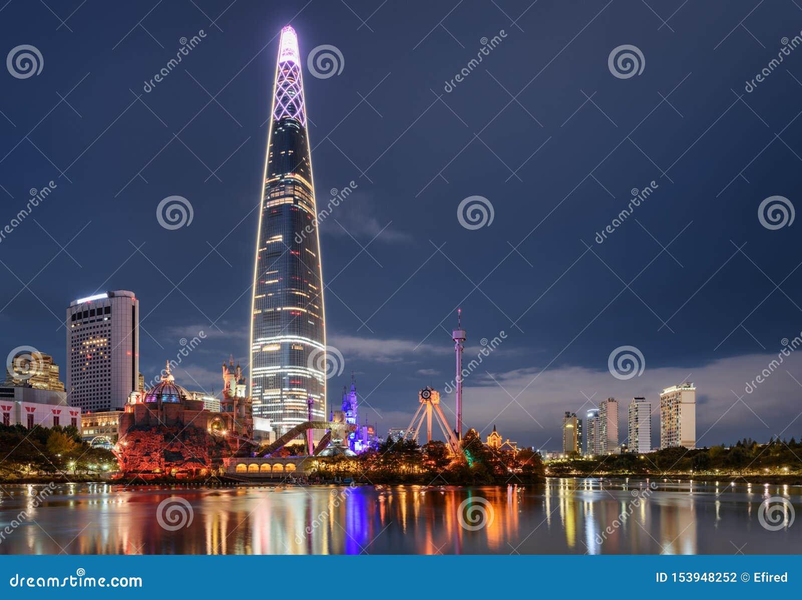 Vue stupéfiante de nuit de gratte-ciel par le lac au centre ville, Séoul