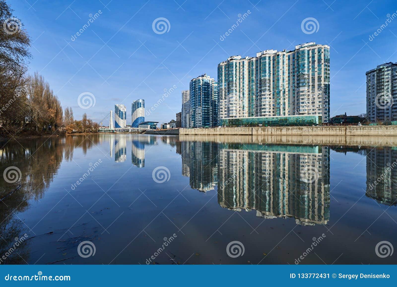 Vue stupéfiante du complexe de classe d élite de gratte-ciel et du pont résidentiels des baisers du parc de la victoire