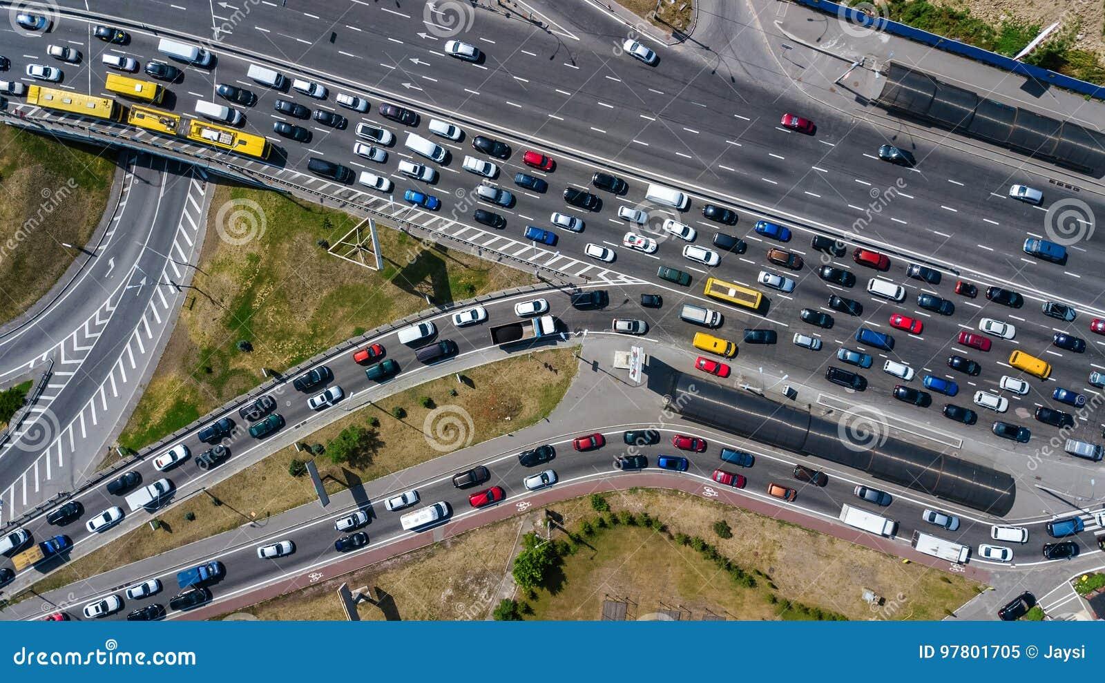 Vue sup rieure a rienne de jonction de route d 39 en haut de trafic d 39 automobile et de confiture - Voiture vue de haut ...