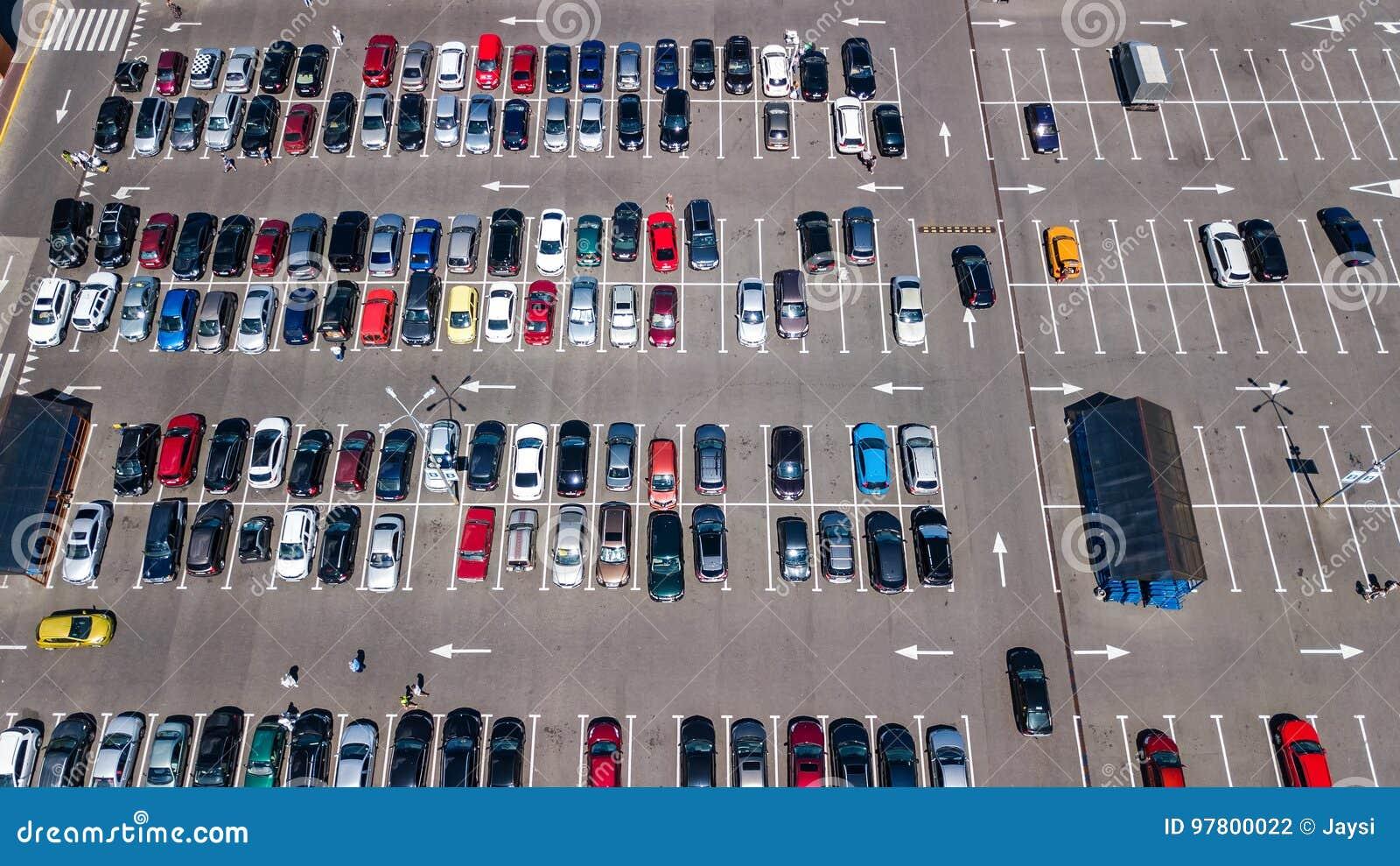 Vue sup rieure a rienne de parking avec beaucoup de voitures d 39 en haut concept de transport - Voiture vue de haut ...