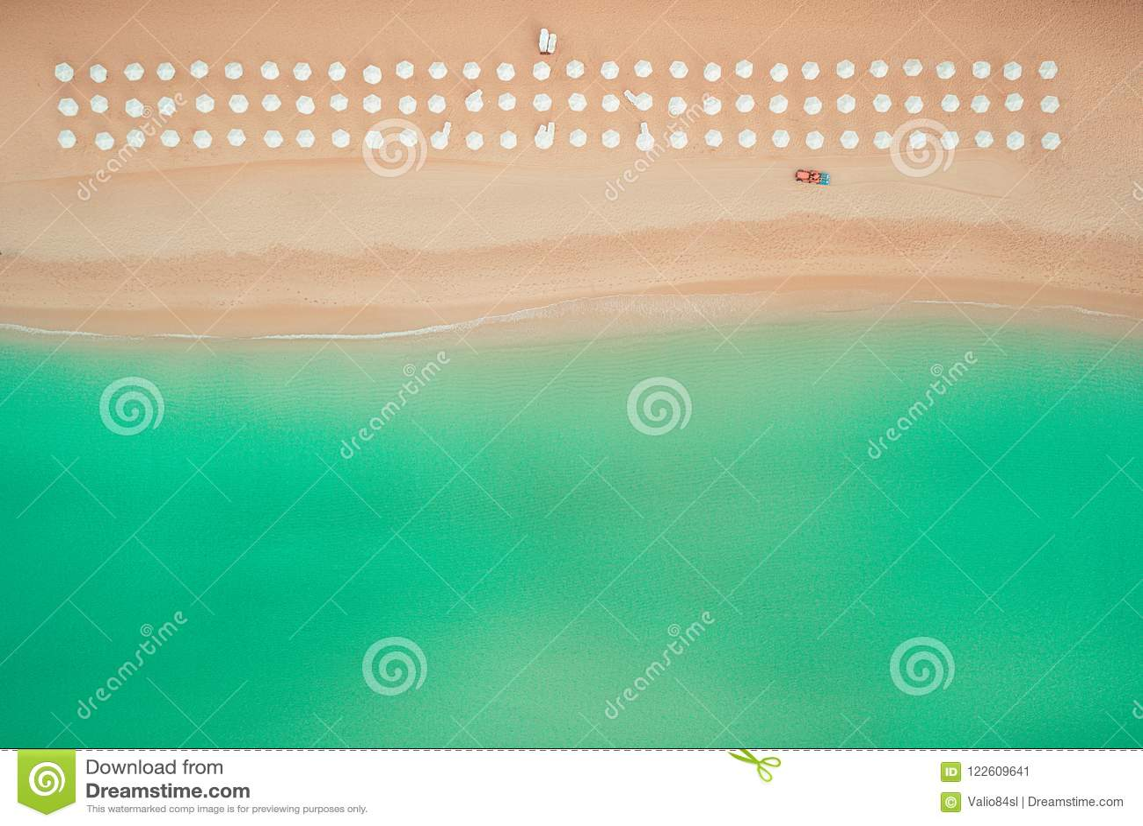 Vue supérieure aérienne sur la plage Parapluies, sable et vagues de mer
