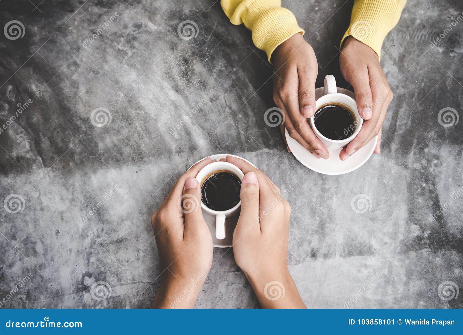 Vue supérieure avec l espace de copie Couples dans l amour tenant des mains avec amour de café sur la table,