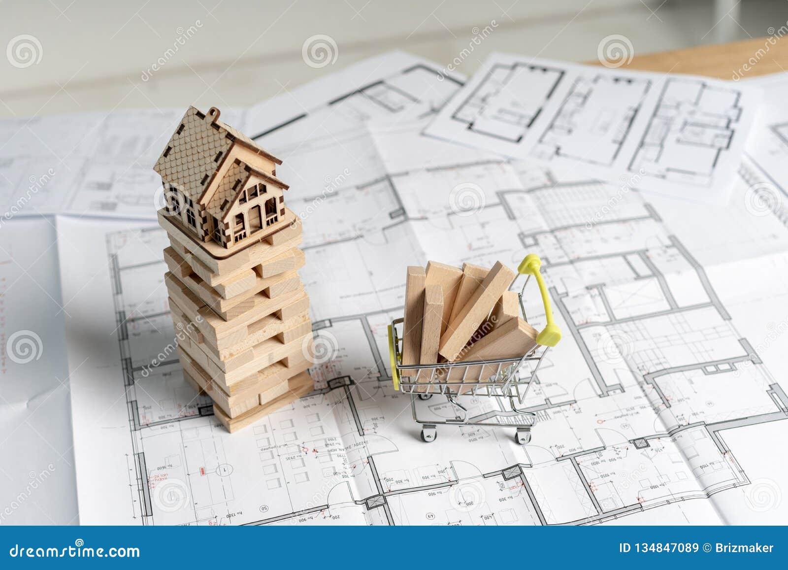 Vue supérieure courbe de petite maison en bois sur des blocs de jenga avec le panneau de construction de planche dans le petit su