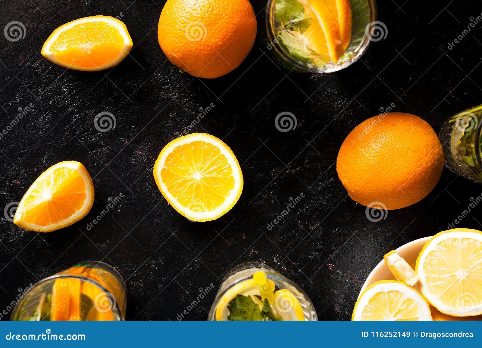 Vue supérieure d orangeade delicous froide en verres à côté des fruits organiques