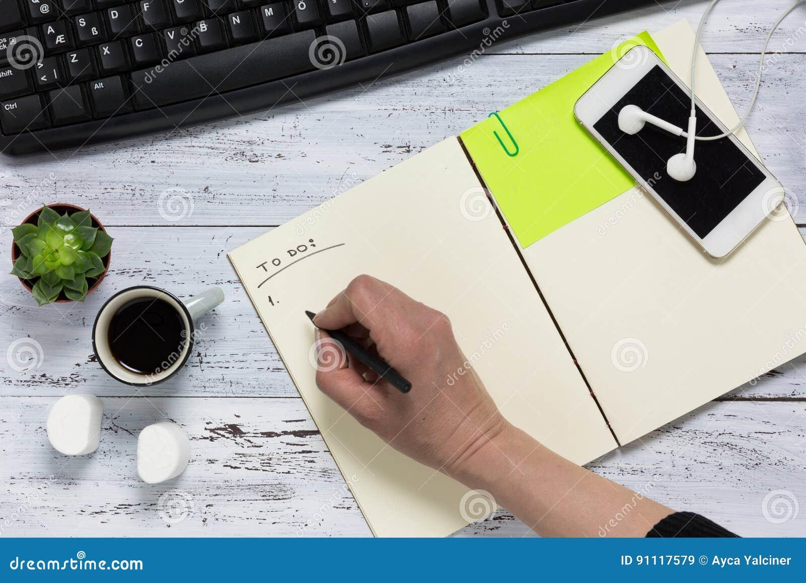 Vue supérieure d un bureau en bois blanc main écrivant pour faire