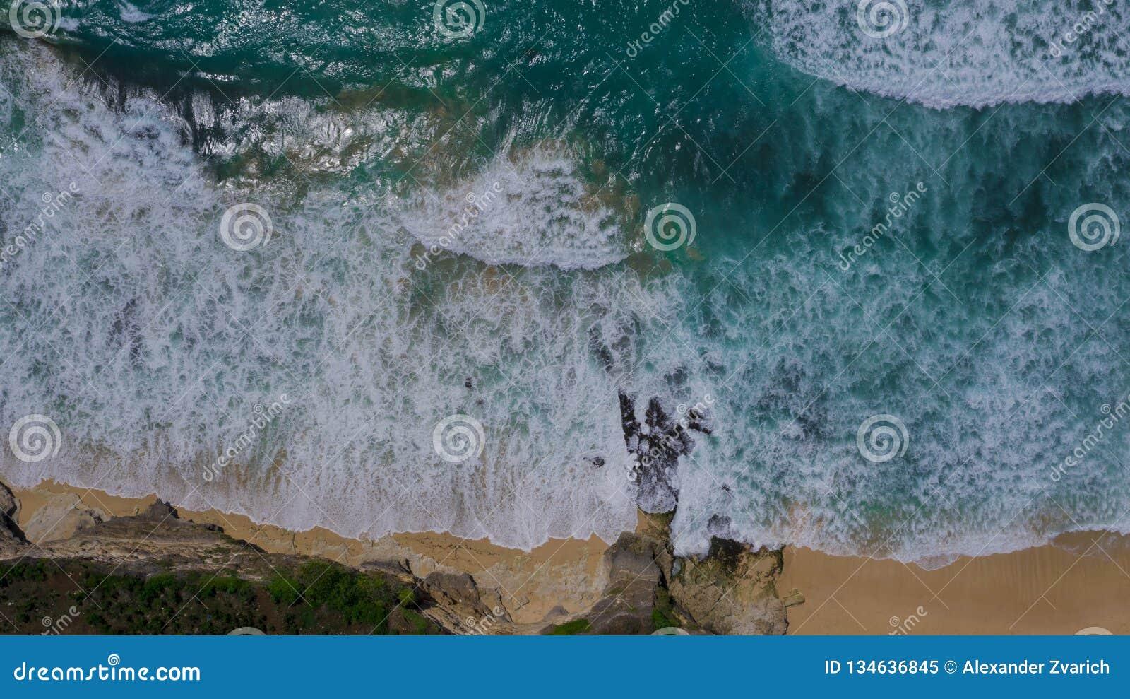 Vue supérieure d une plage sablonneuse avec des vagues d océan et de rupture de turquoise