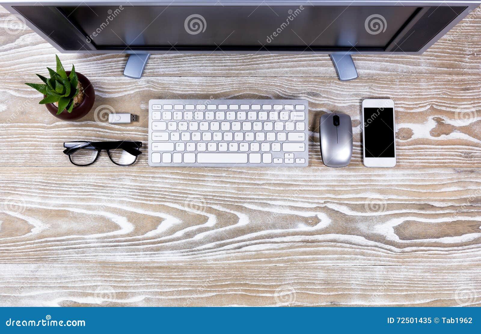 Vue supérieure de bureau organisé sur le bois blanc rustique image