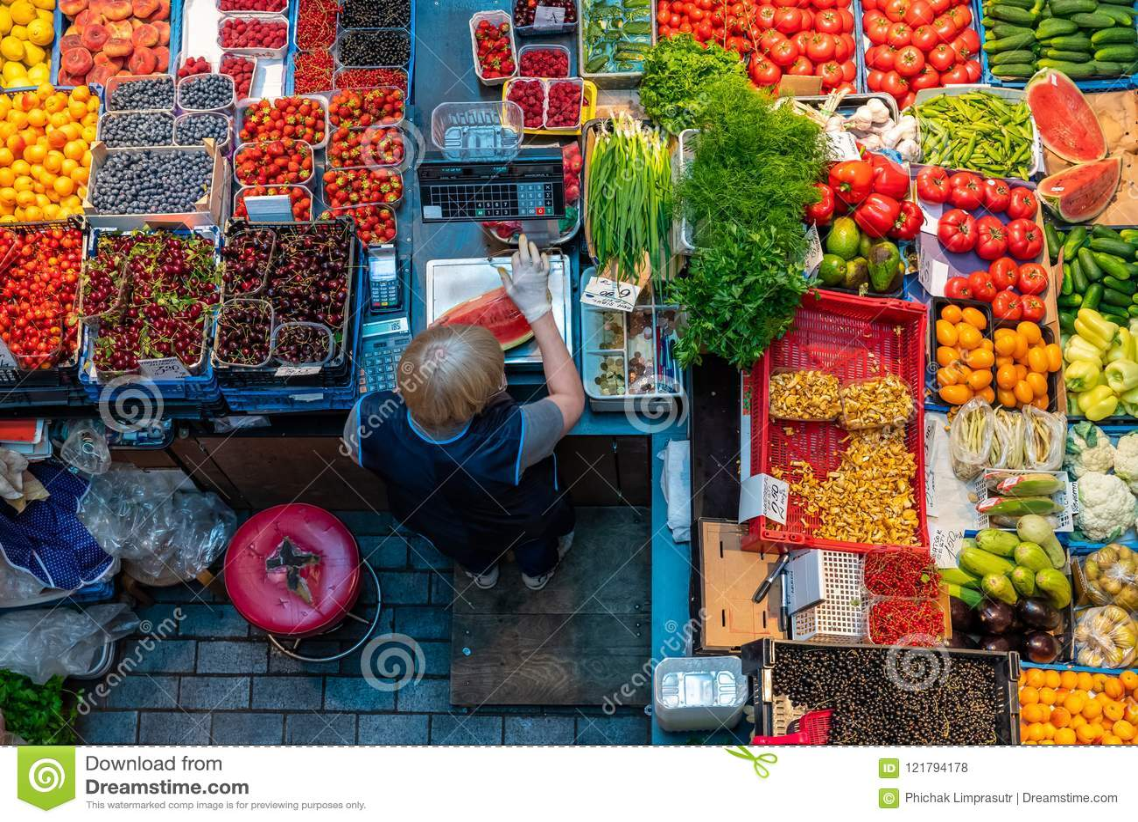 Vue supérieure de kiosque de fruits et légumes sur le marché