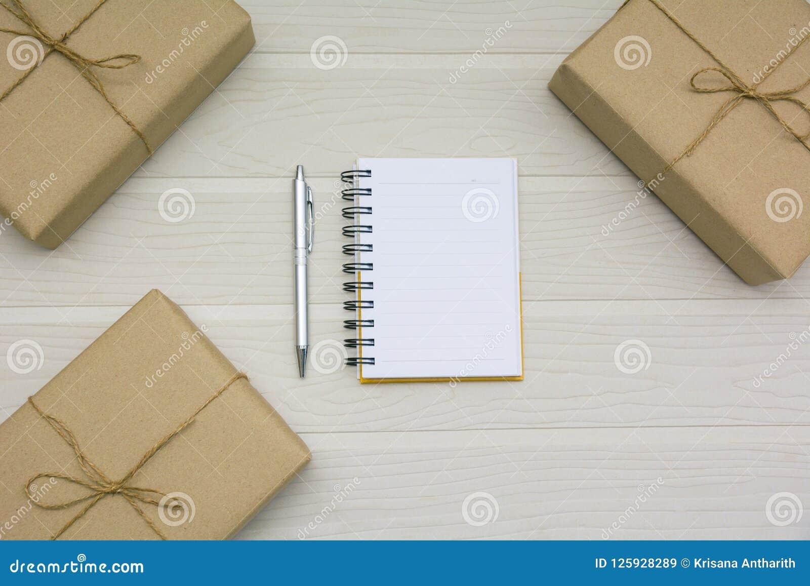 Vue supérieure de livre ouvert Livre ouvert avec le stylo et les boîtes sur le Ba en bois