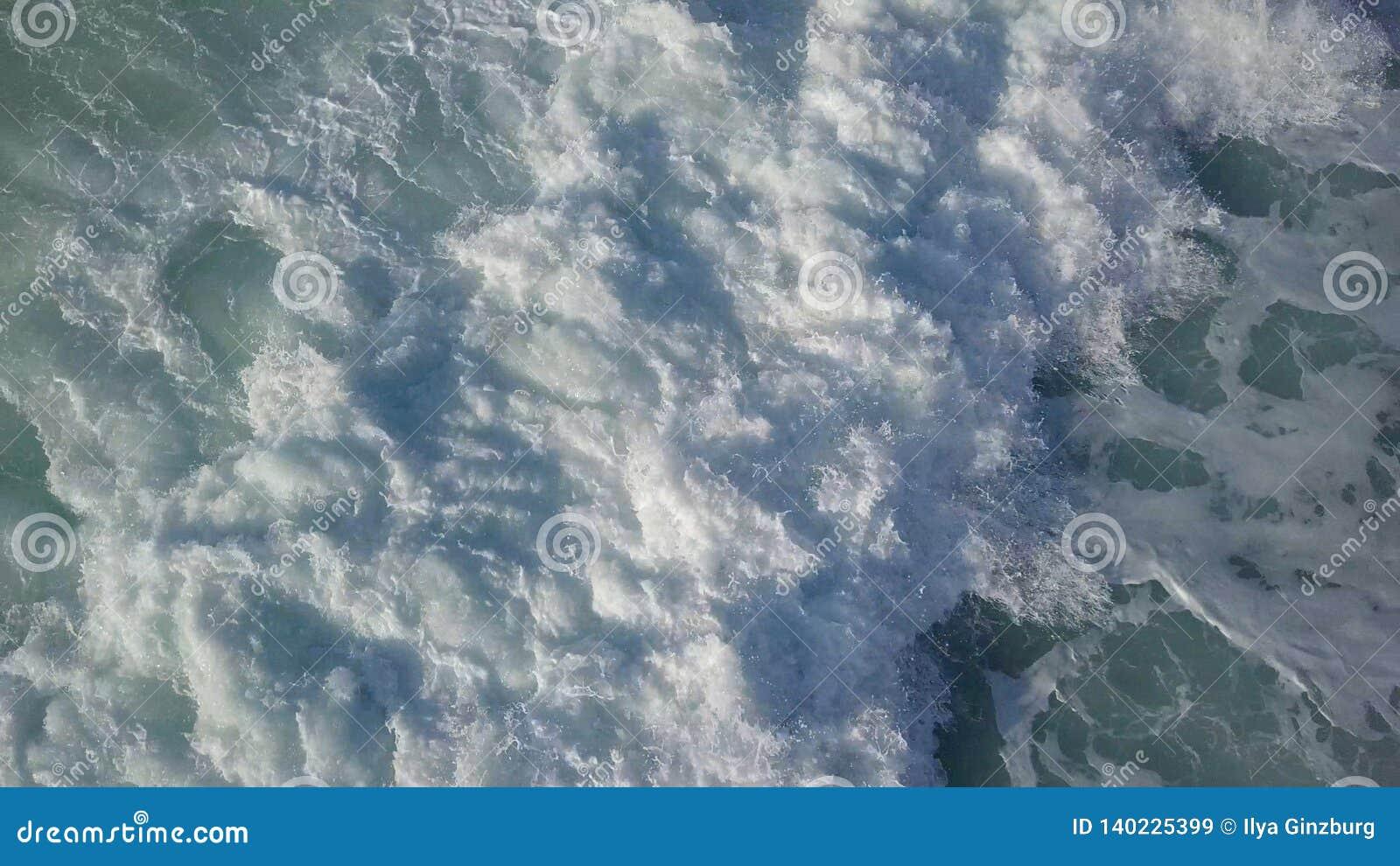 Vue supérieure de ressac orageux au jour ensoleillé