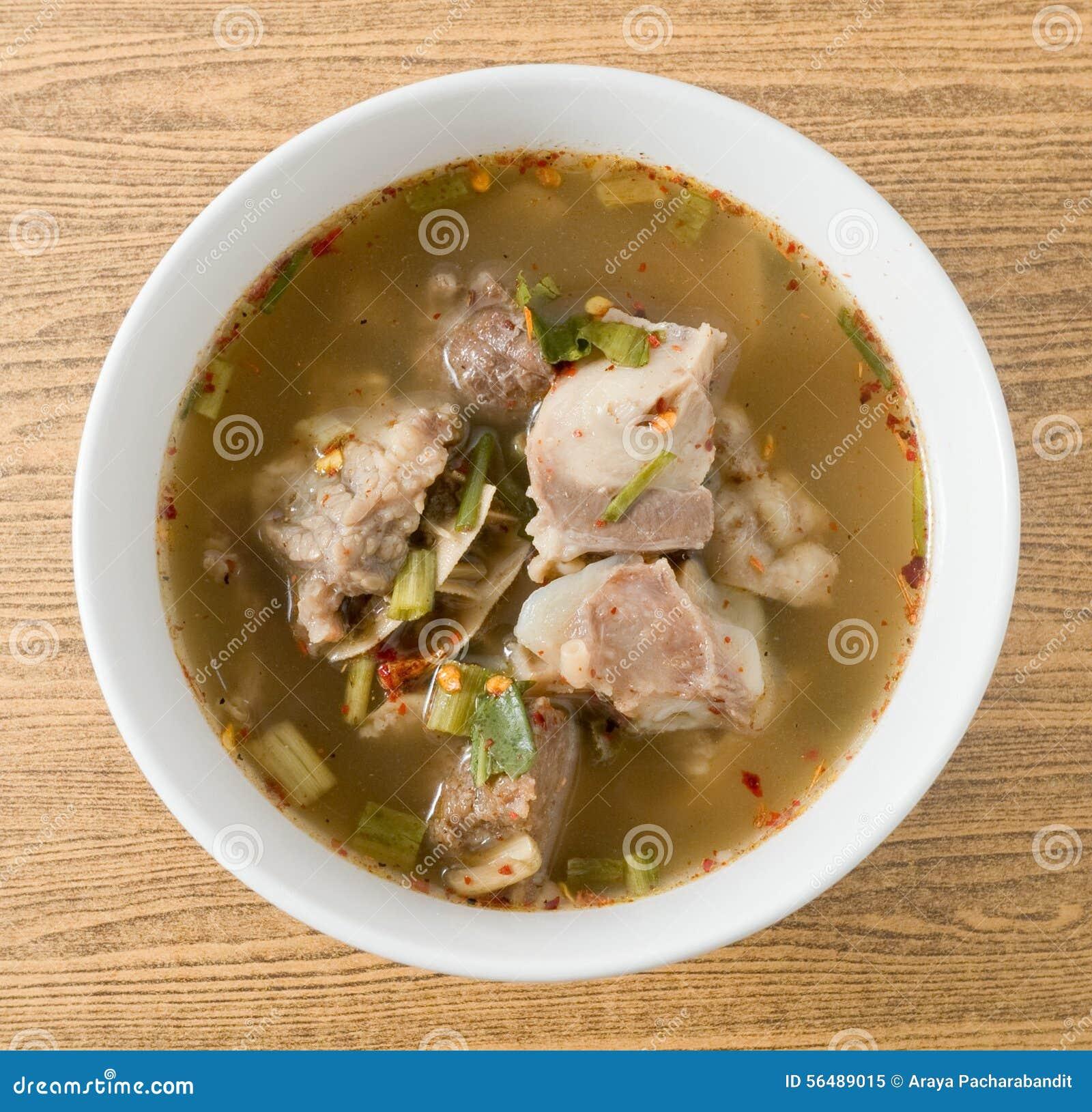 Vue supérieure de soupe épicée thaïlandaise à entrailles de boeuf