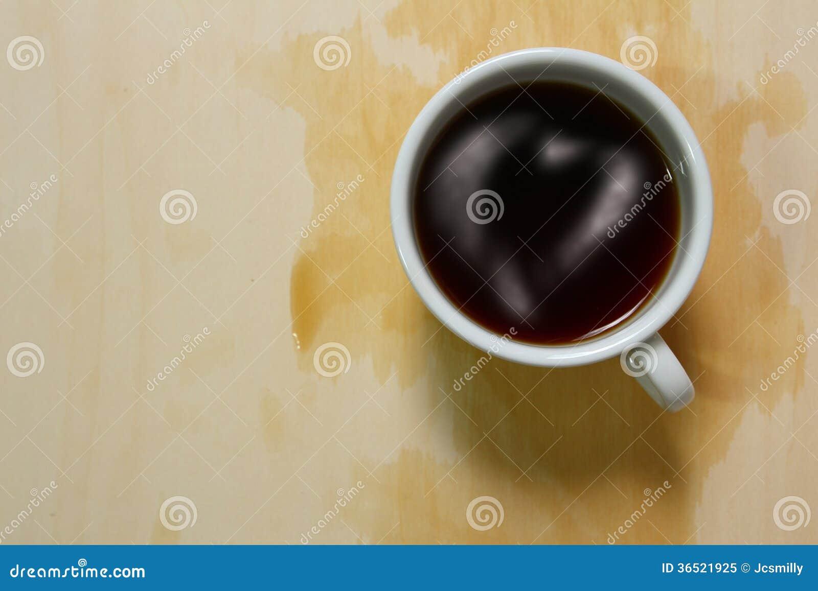 Vue supérieure de tasse et de taches de café avec l écrimage de coeur