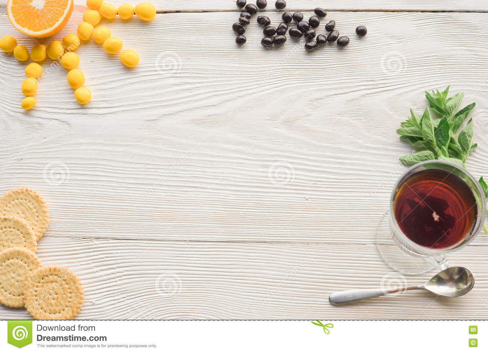 Vue supérieure de thé de fruit sur la table en bois de planche