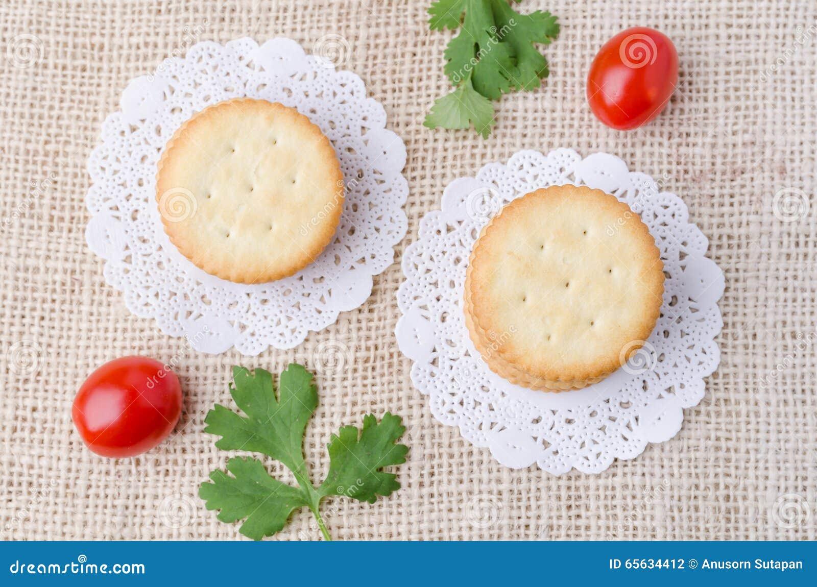 Vue supérieure des biscuits de biscuits sur le fond de sac à toile de jute