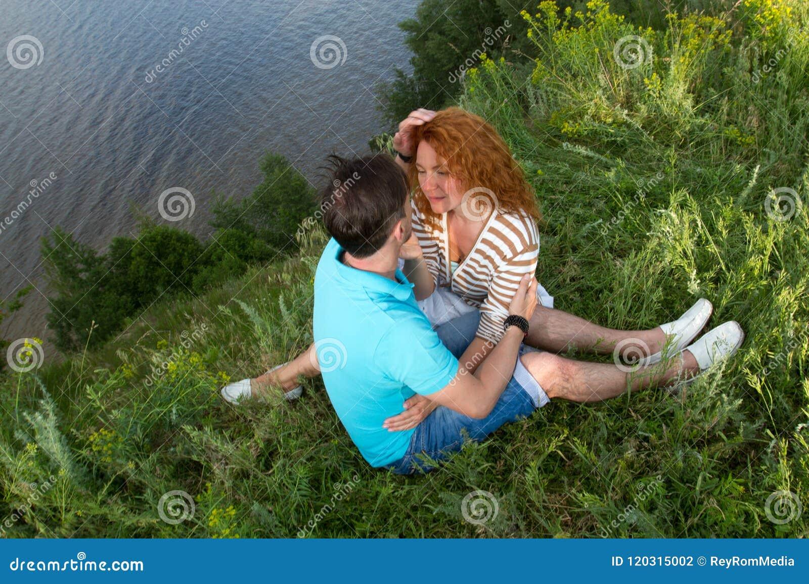 Vue supérieure des couples affectueux détendant sur l herbe et étreindre relations et concept de sentiments Couples sur le pique-