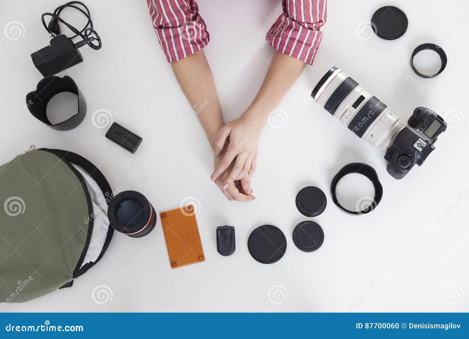 Vue supérieure des mains de femme avec des lentilles de photo