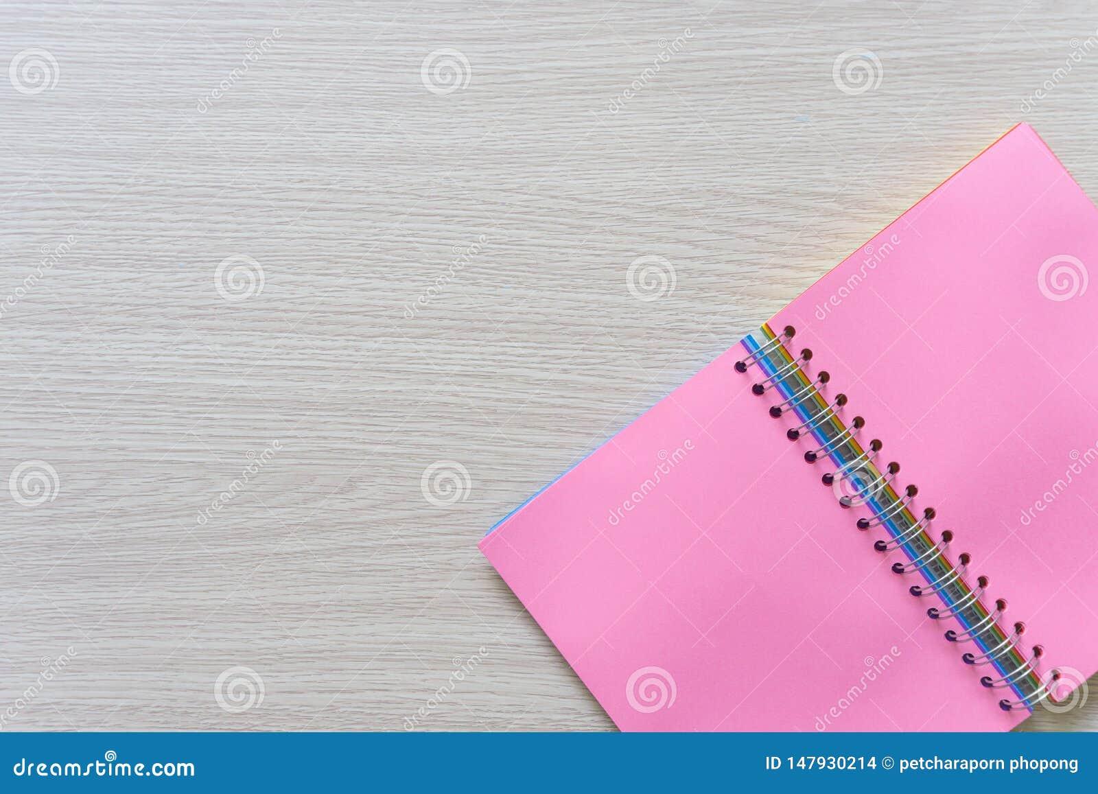 Vue sup?rieure de carnet vide sur le fond en bois avec l espace de copie