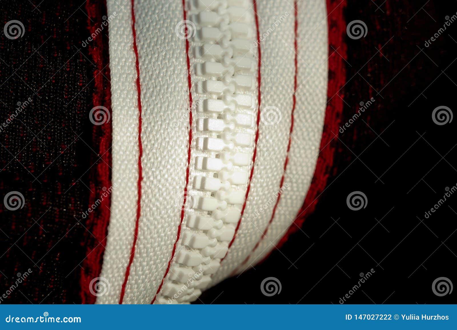 Vue sup?rieure de plan rapproch? rouge de v?tements de sport ligne blanche de fermeture ?clair du mauvais c?t? tricots respirable