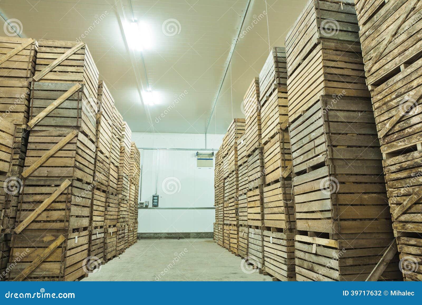 Vue sur des caisses de pomme de terre dans la maison de - Pomme de terre rissolees maison ...