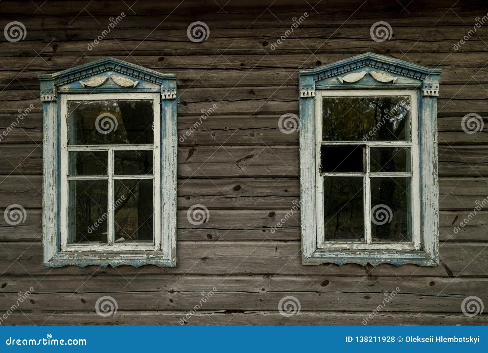 Vue sur la fenêtre dans la cour dans la zone de Tchernobyl