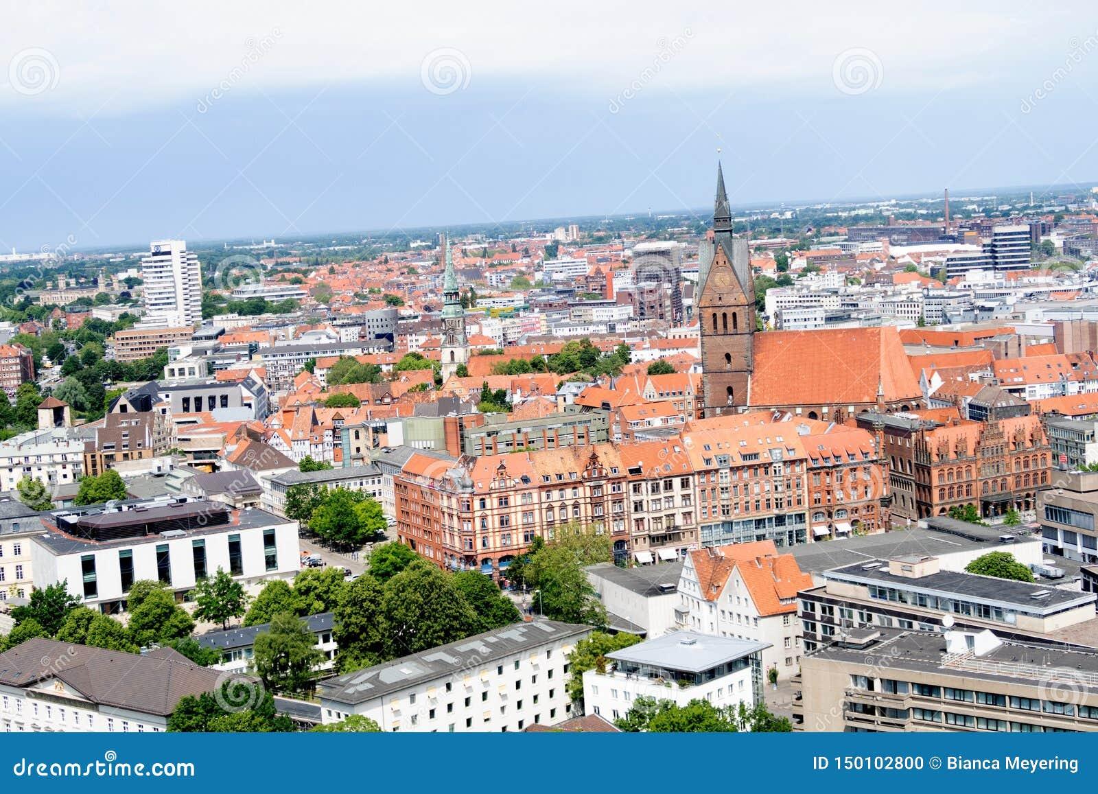Vue sur la structure établie avec le clocher d église de la tour du nouveau hall civil à Hanovre Allemagne
