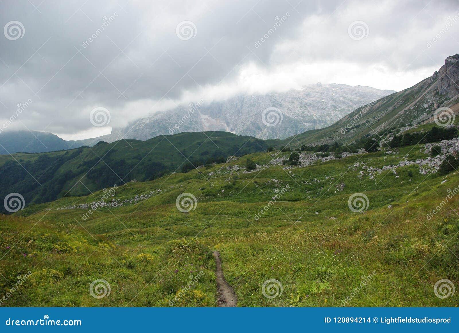 Vue sur le chemin et la vallée, Fédération de Russie, Caucase,