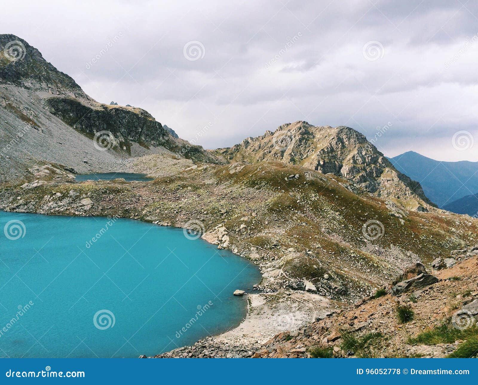 Vue sur le lac de montagne dans le Caucase