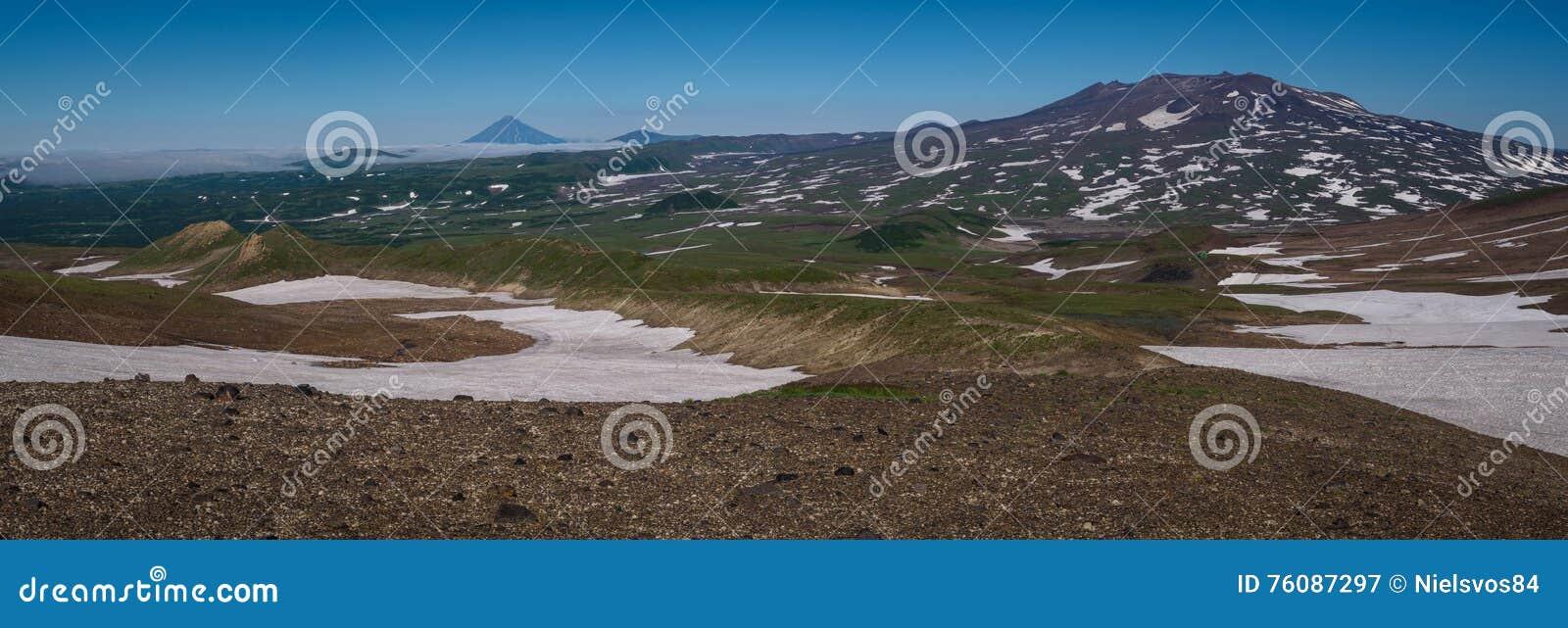 Vue sur les montagnes autour du volcan de Mutnovsky