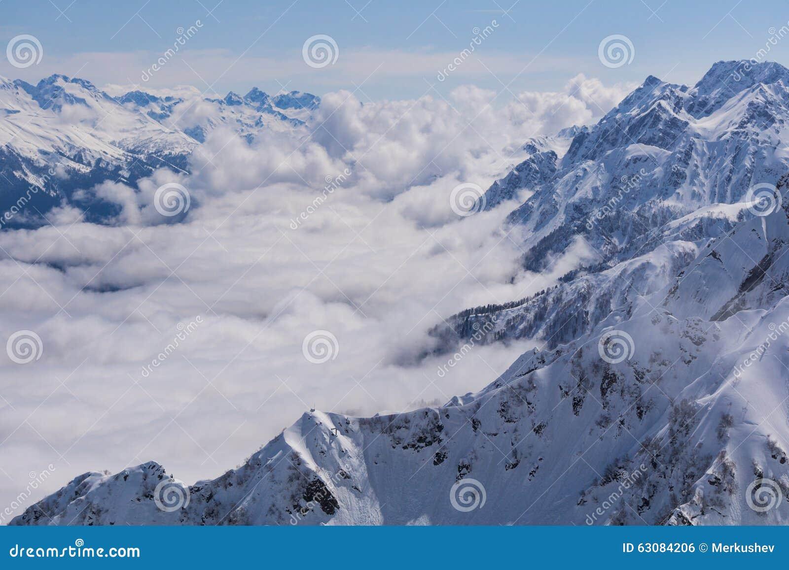 Download Vue Sur Les Montagnes Et Le Ciel Bleu Au-dessus Des Nuages Photo stock - Image du roche, pente: 63084206