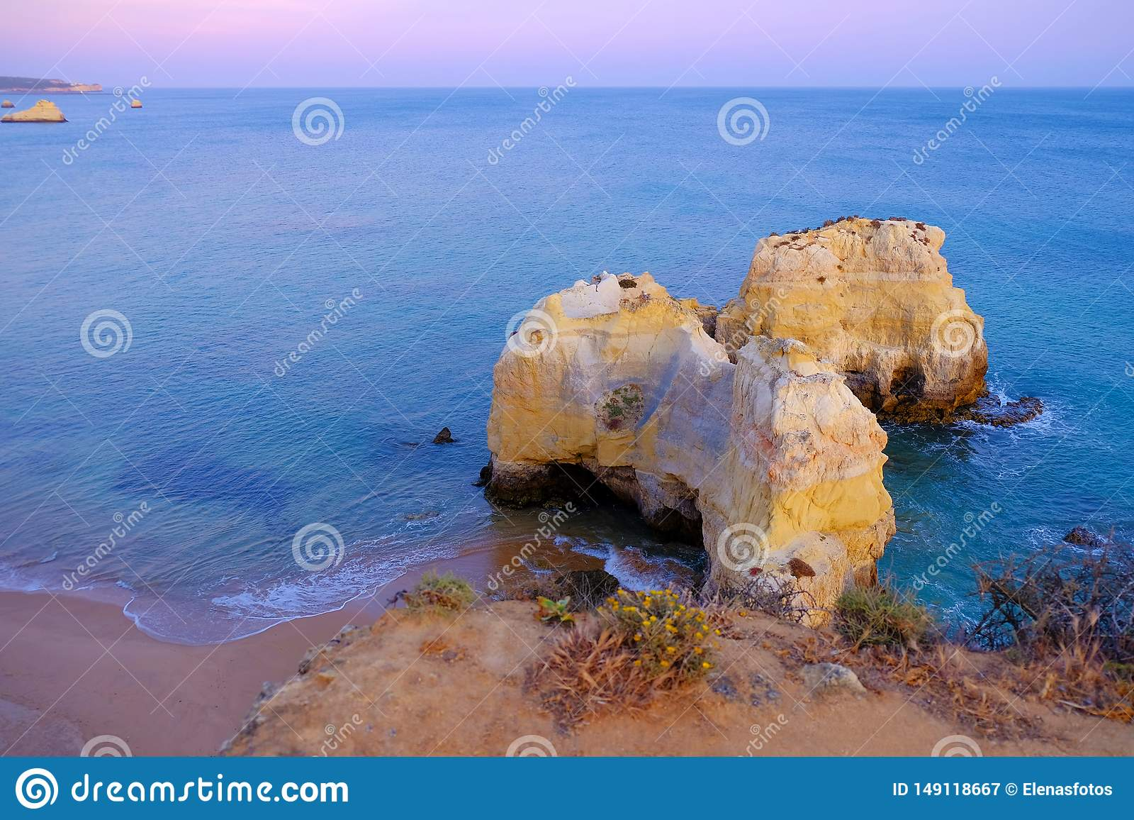 Vue sur Praia de Rocha dans Portimao, Algarve, Portugal