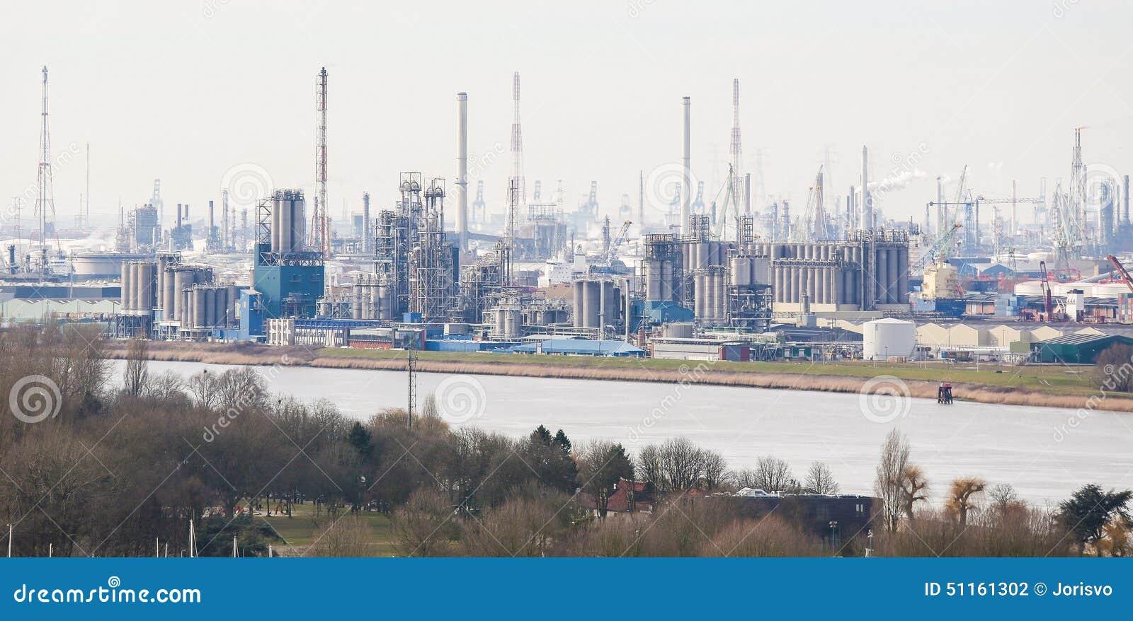 Vue sur un raffinerie de p trole dans le port d 39 anvers belgique photo stock image 51161302 - Port d anvers belgique adresse ...