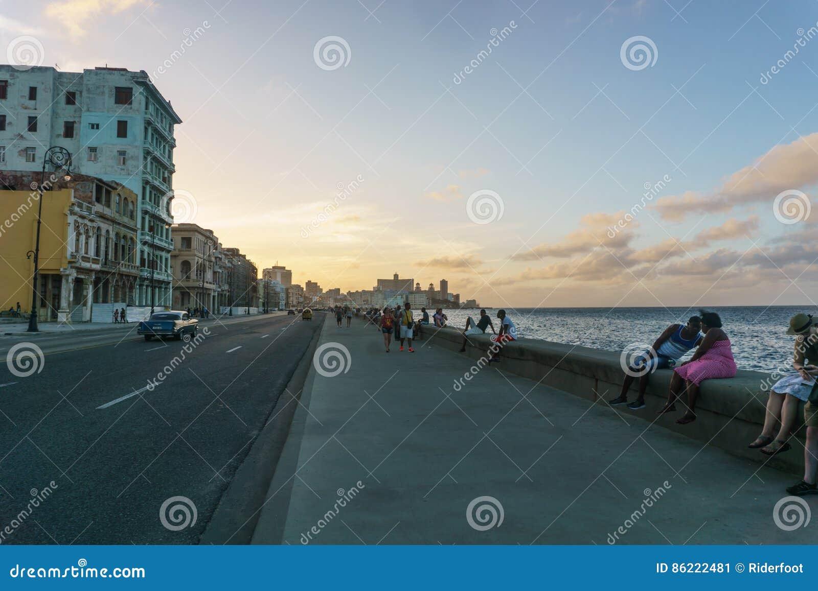 Vue typique de Malecon dans le coucher du soleil avec des bâtiments de La Havane de La au fond, Cuba