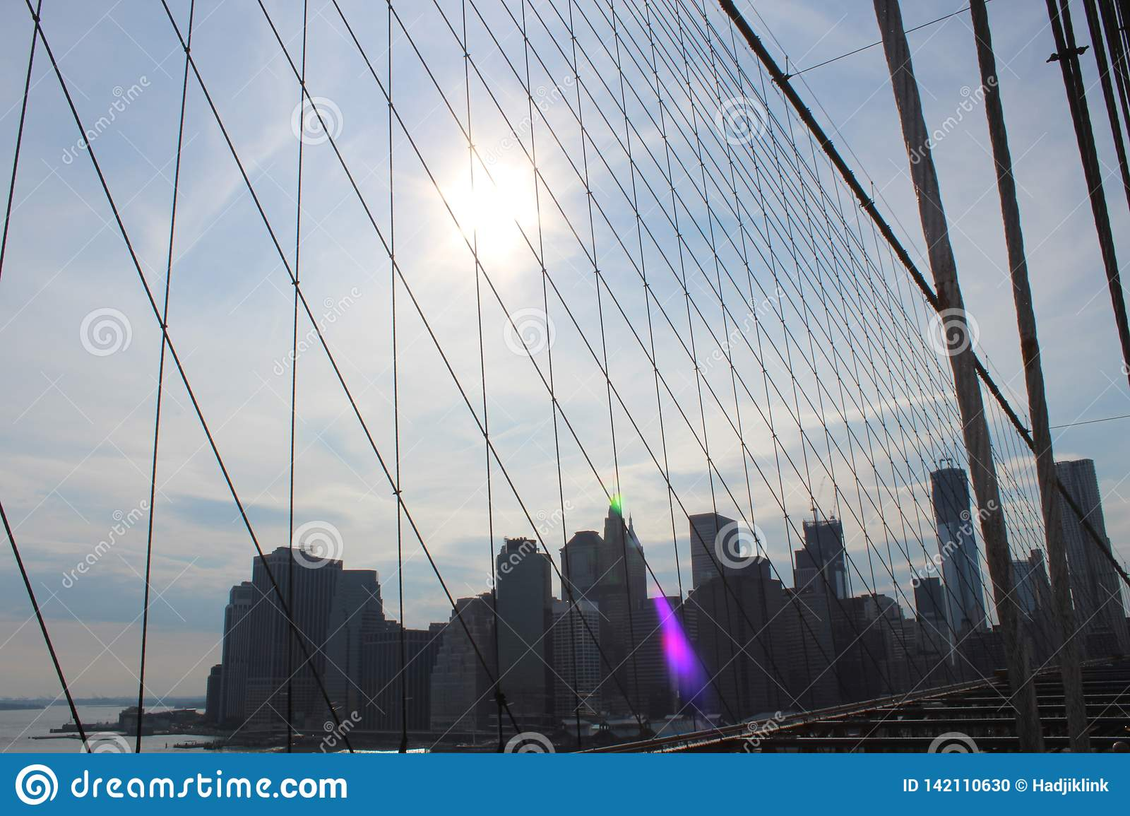 Vue vers Manhattan de pont de Brooklyn