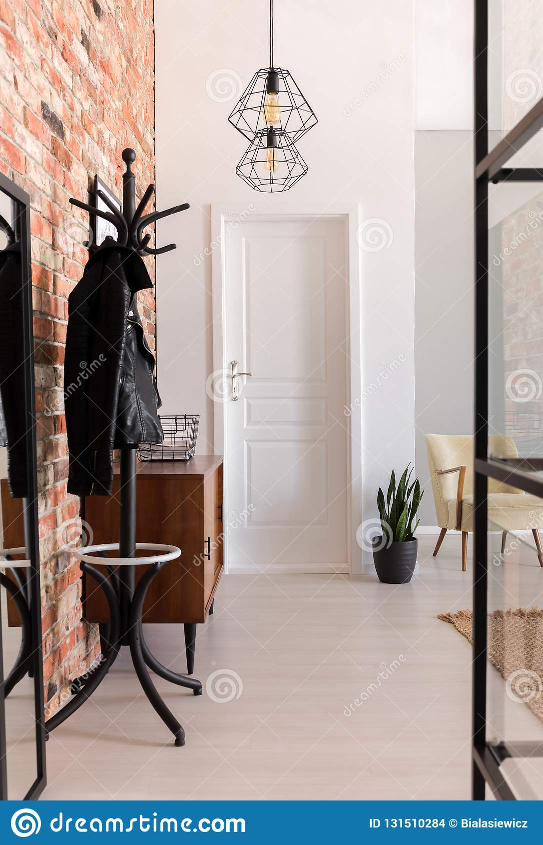 Luminaire Pour Couloir D Entrée vue verticale de hall d'entrée élégant avec la porte blanche