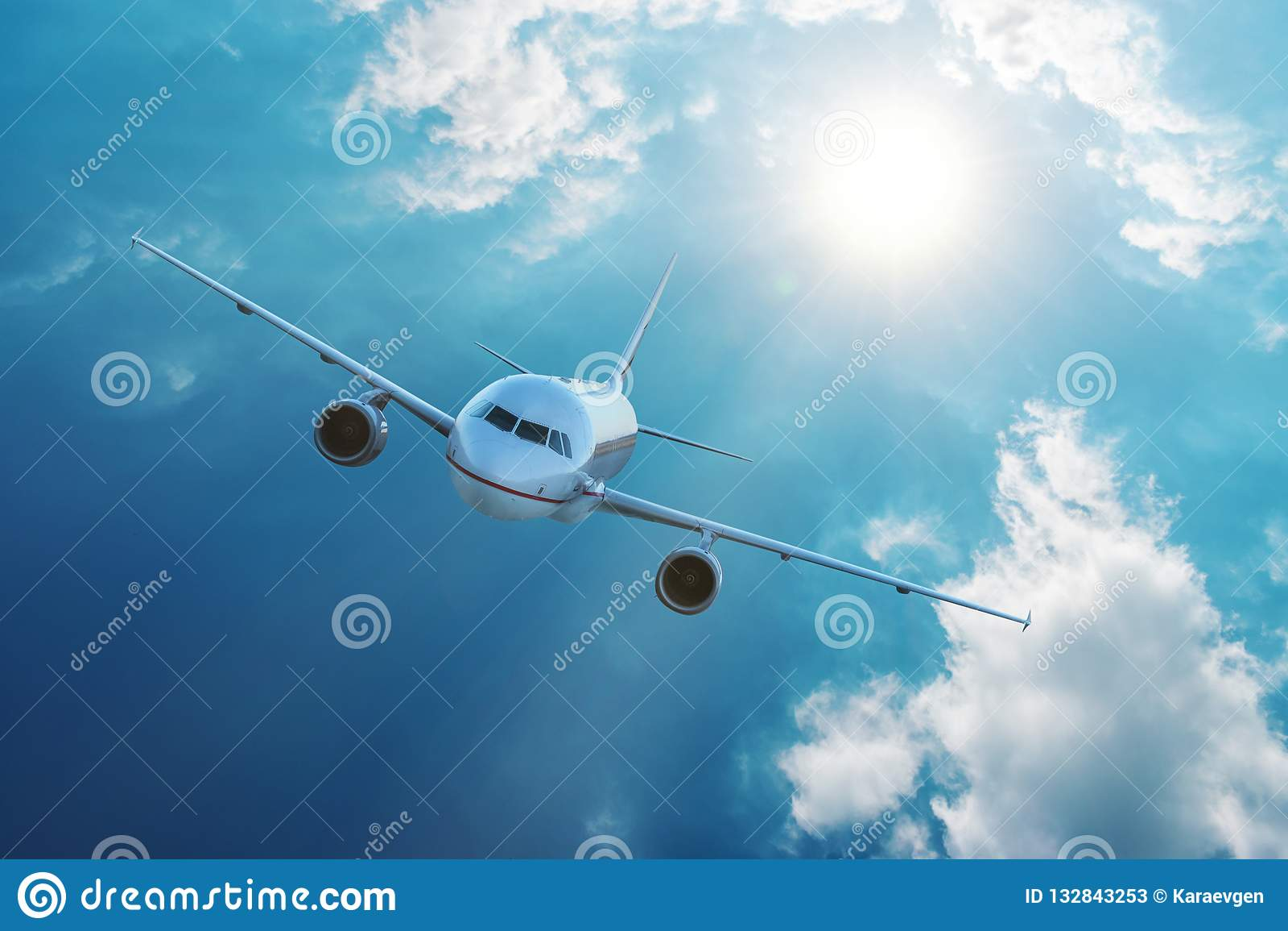 Vuelo del aeroplano en cielo azul con las nubes Concepto del viaje y del transporte