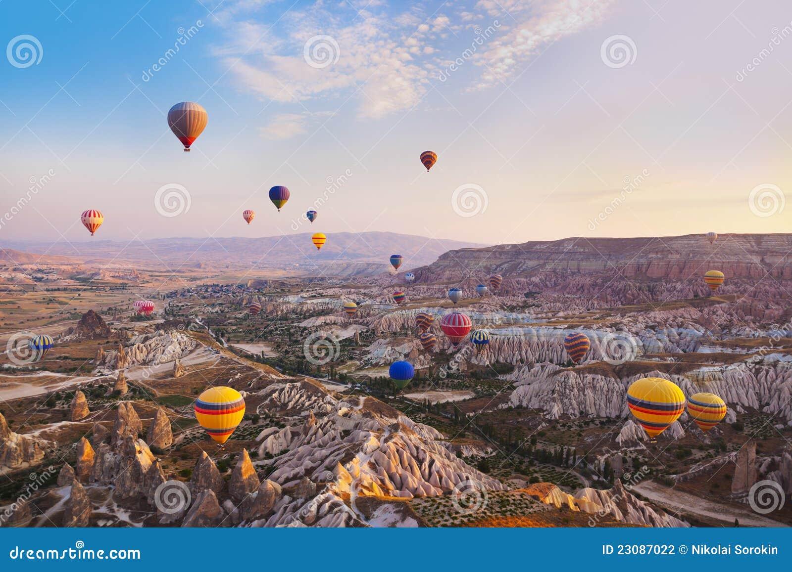 Vuelo del globo del aire caliente sobre Cappadocia Turquía