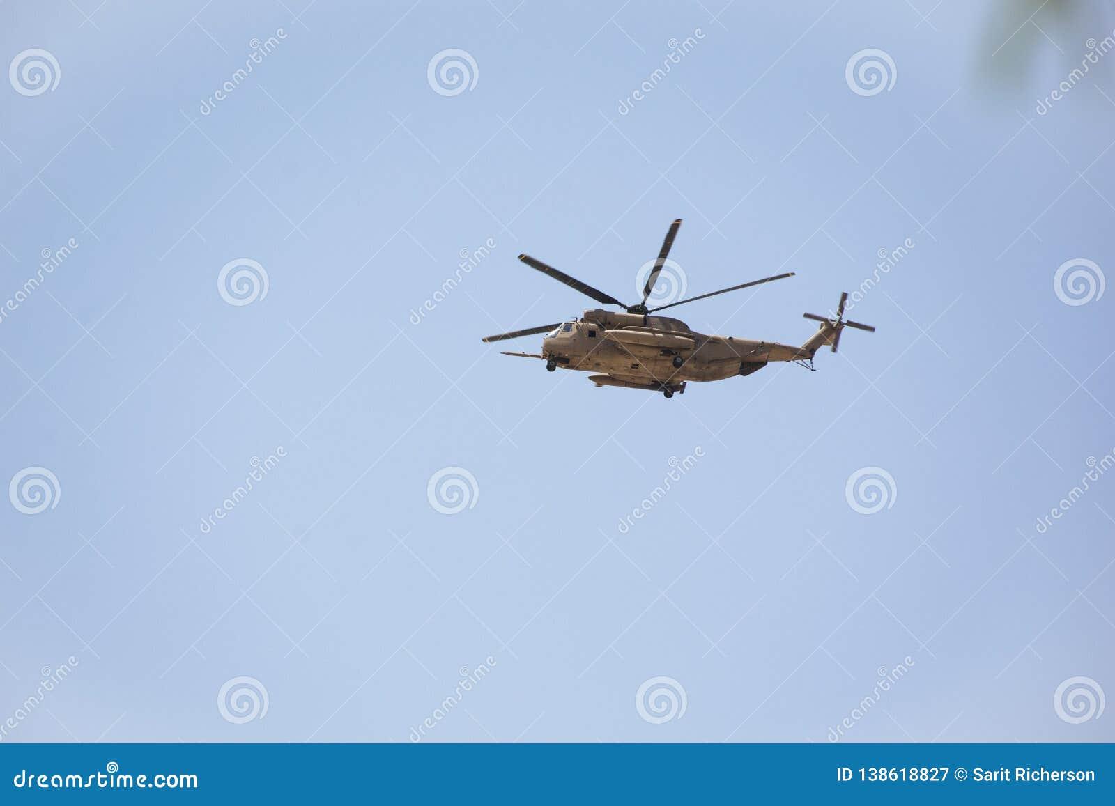 Vuelo del helicóptero de Apache sobre el desierto