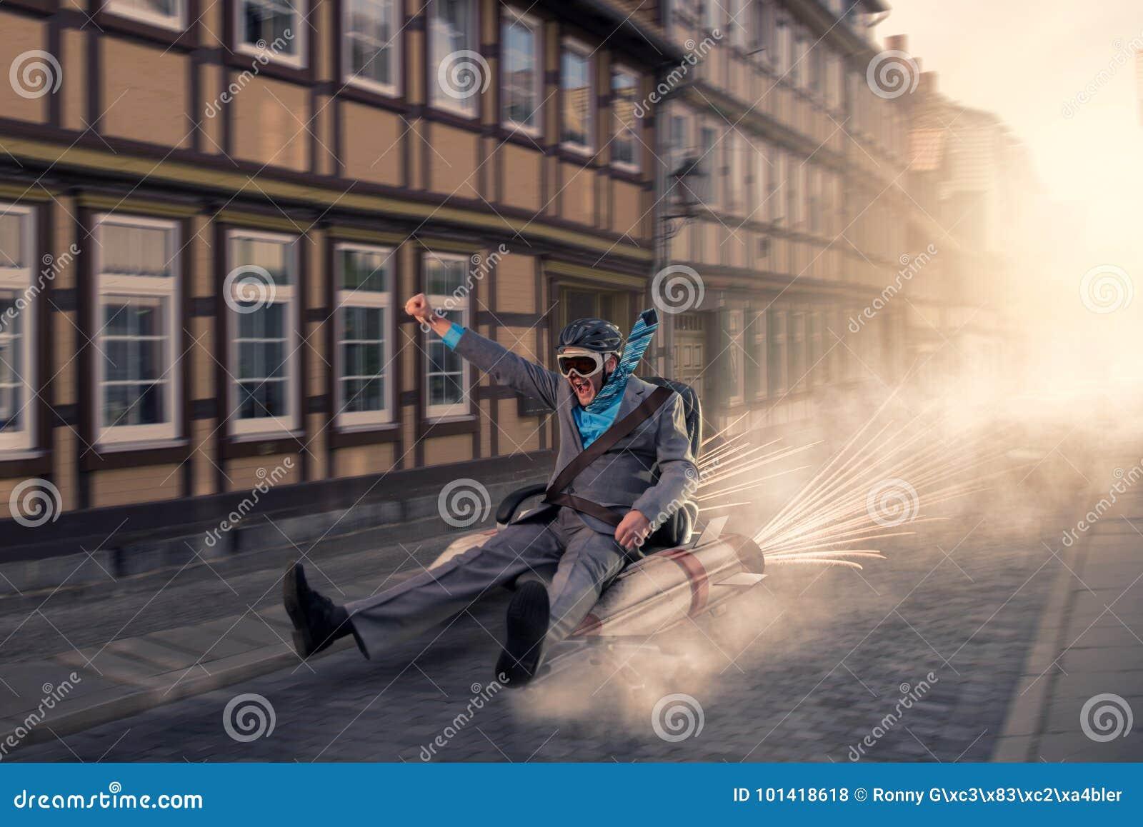 Vuelo del hombre de negocios con la silla del cohete a través de la ciudad