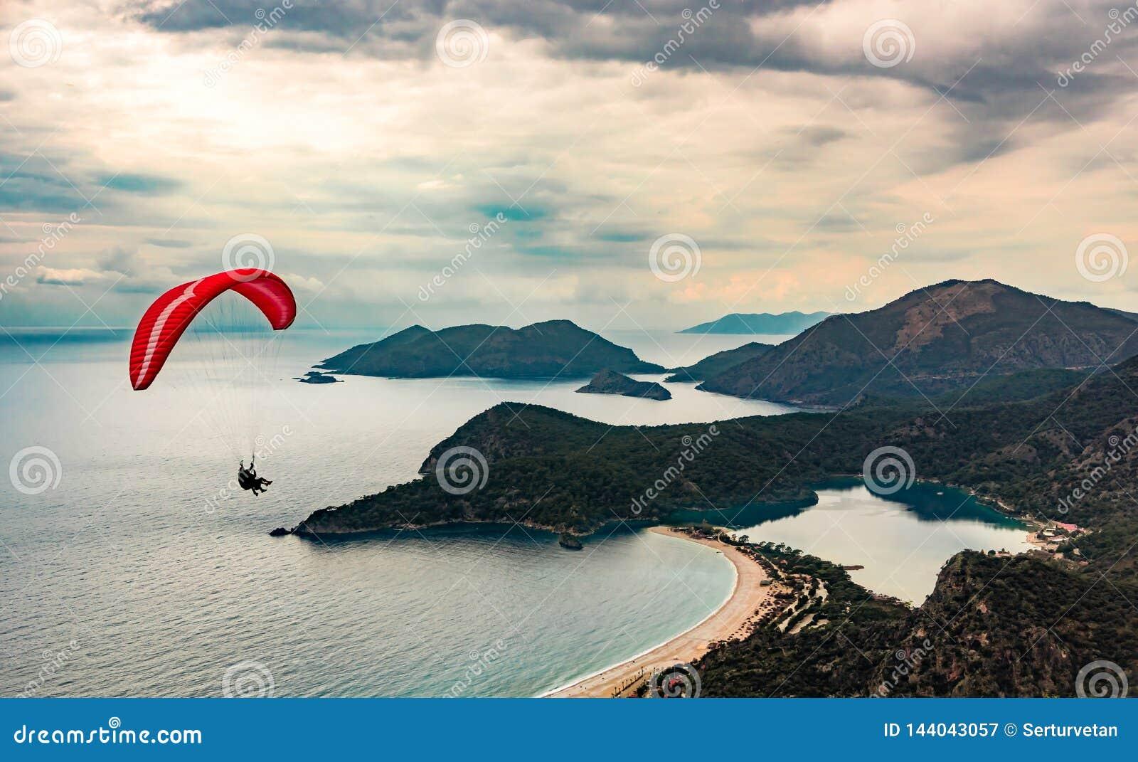 Vuelo en tándem del ala flexible sobre la playa y la bahía de Oludeniz en la atmósfera idílica Oludeniz, Fethiye, Turquía Manera