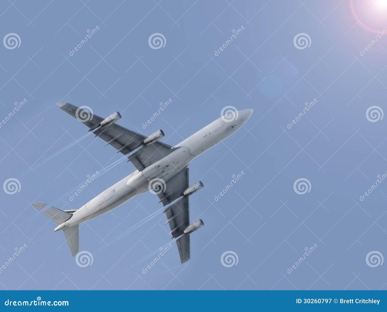 Aeroplano que vuela el cielo azul
