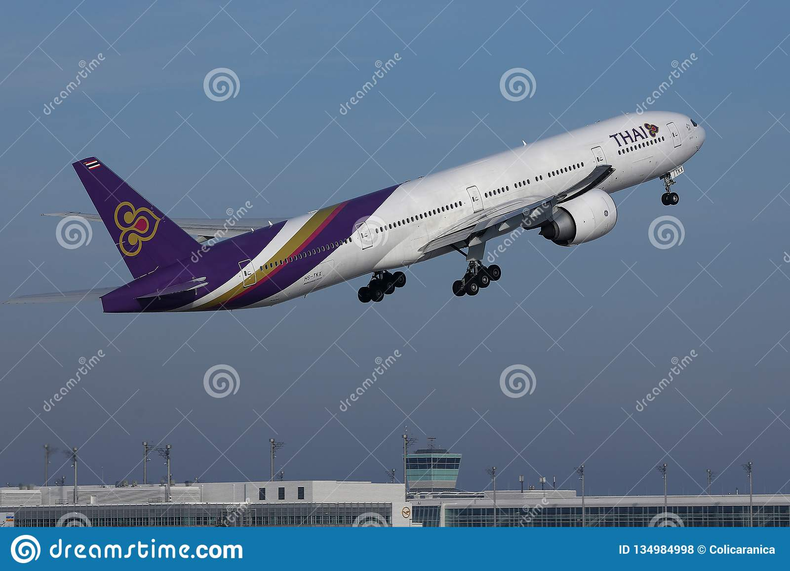 Vuelo plano de Thai Airways International para arriba en el cielo