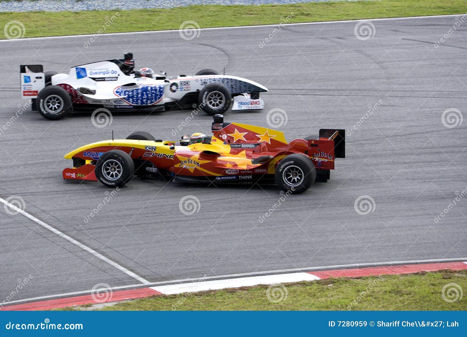 Vuelta del coche de carreras de A1GP y acción evasiva