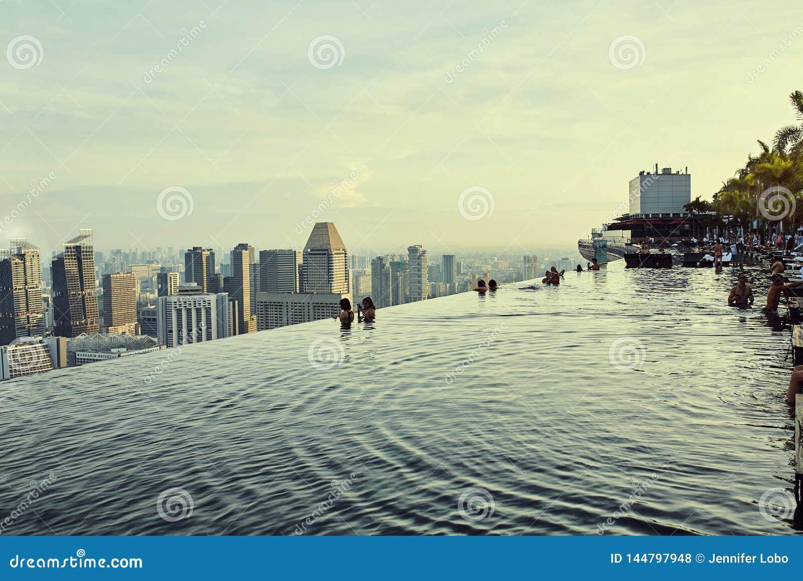 Vues de piscine d infini au-dessus de ville à Singapour