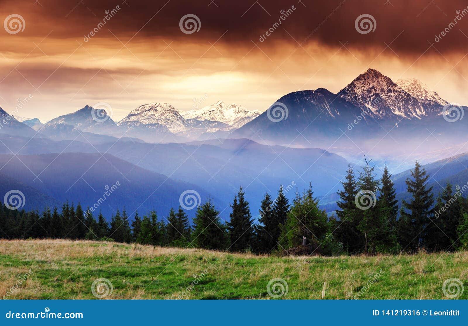 Vues fantastiques de la gamme de montagne avec des crêtes de neige Endroit Salzbourg d emplacement L Autriche, l Europe