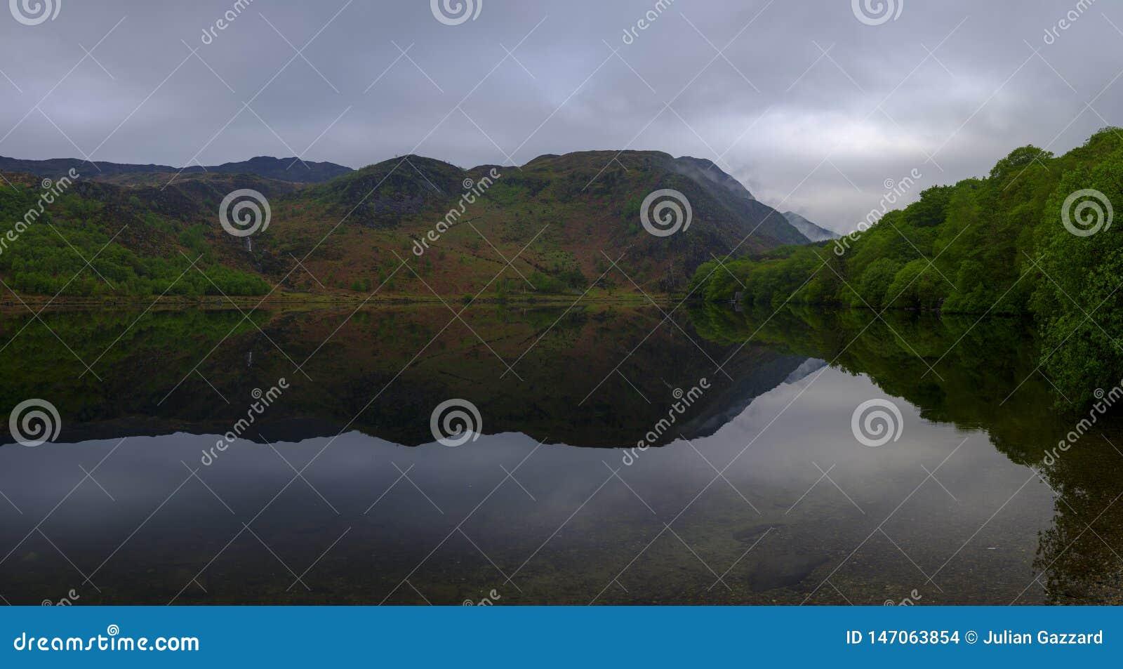 Vues le long de Llyn Dinas près de Beddgelert, Watles