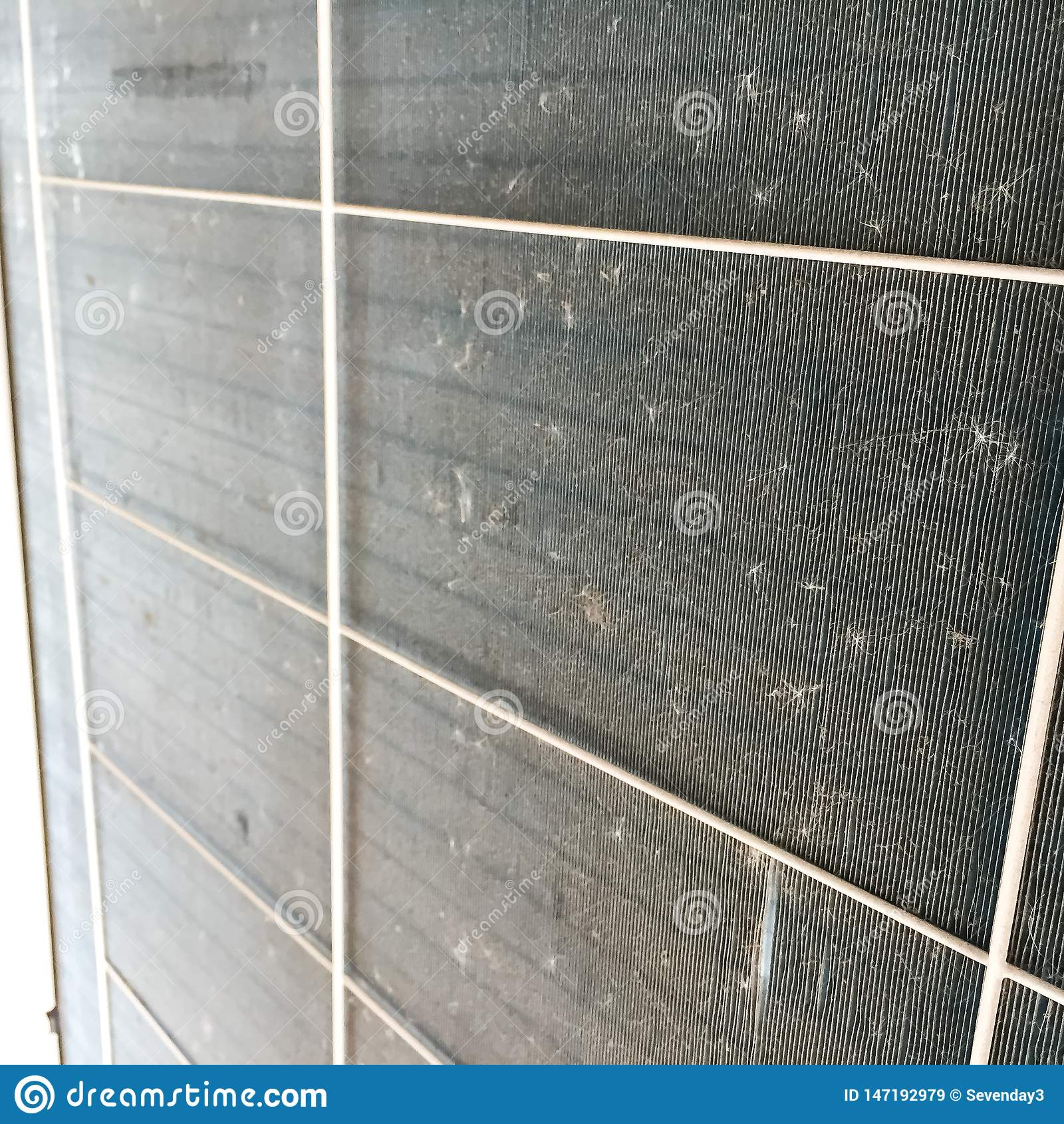 Vuil stof op compressor van airconditioner Het heeft bruin en zwart, de verschijning zoals de spinnewebben